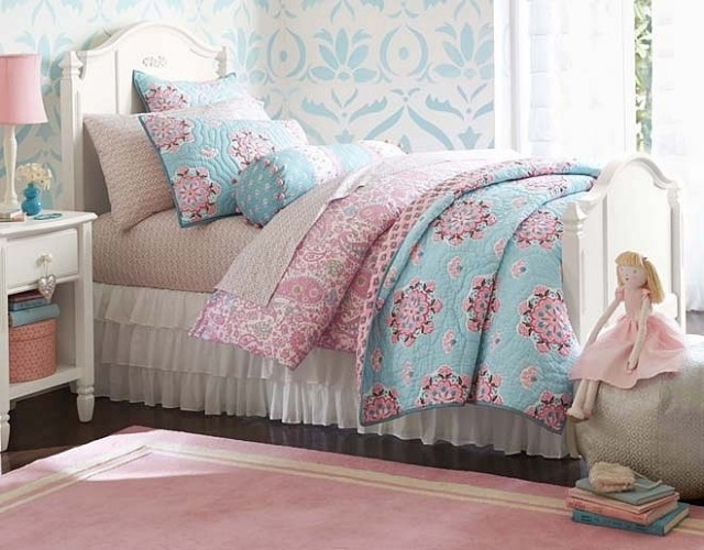 deco-chambre-enfant-retro-fillette-literie-rose-bleu-layette-tapis-rose