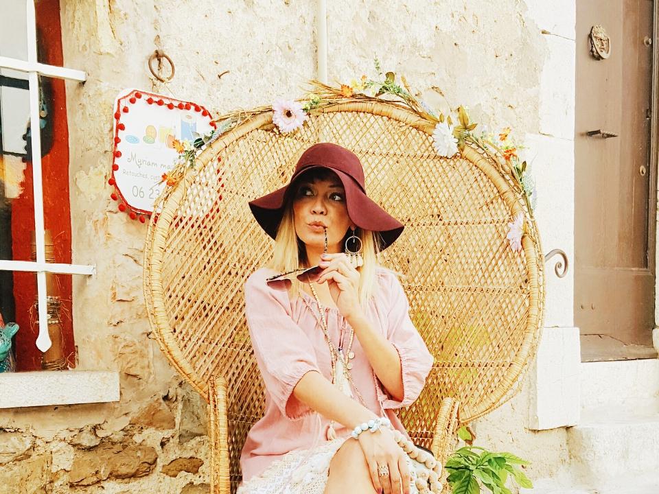 assise sur une chaise à Valbonne Côte d'Azur
