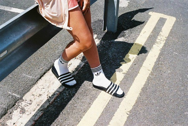 claquettes-chaussettes