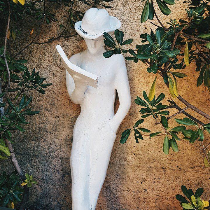 statue-lecture-jardin-ideal-sejour-cannes